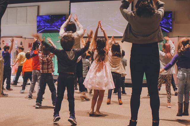 Lapset tanssivat musiikin tahdissa